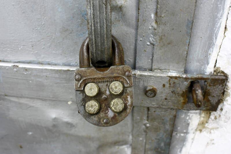 Cerradura de combinación vieja en puertas viejas del metal, primer imagen de archivo