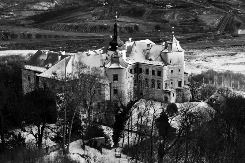 Cerradura de Jezeri sobre mina checoslovaco del carbón del ejército durante puesta del sol el 9 de febrero de 2019 imagen de archivo
