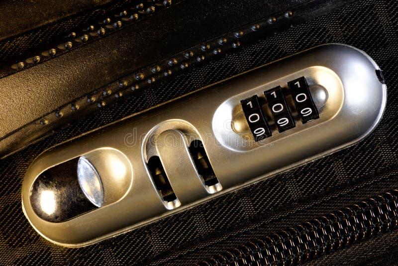 """Cerradura de la maleta, código de seguridad digital €"""" a abrirse, usted de la cerradura del código debe incorporar o fijar una s foto de archivo"""