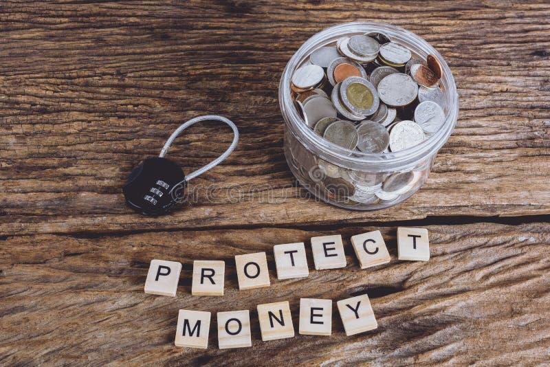 Cerradura de la seguridad con la contraseña y las monedas llenas con el tarro, palabras PROT imagenes de archivo