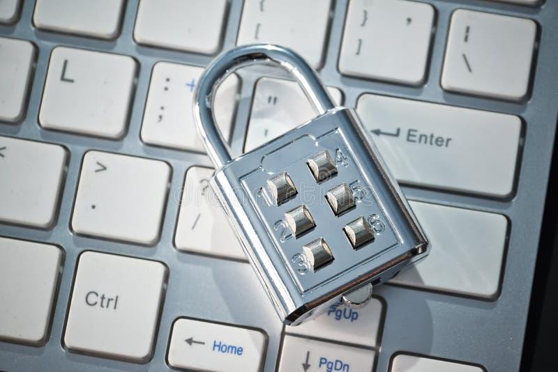 Cerradura de la seguridad en el teclado de ordenador imagen de archivo libre de regalías