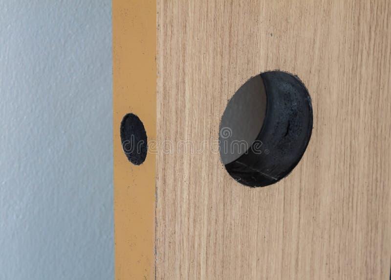 Cerradura de puerta de madera interior de la instalación fotos de archivo libres de regalías