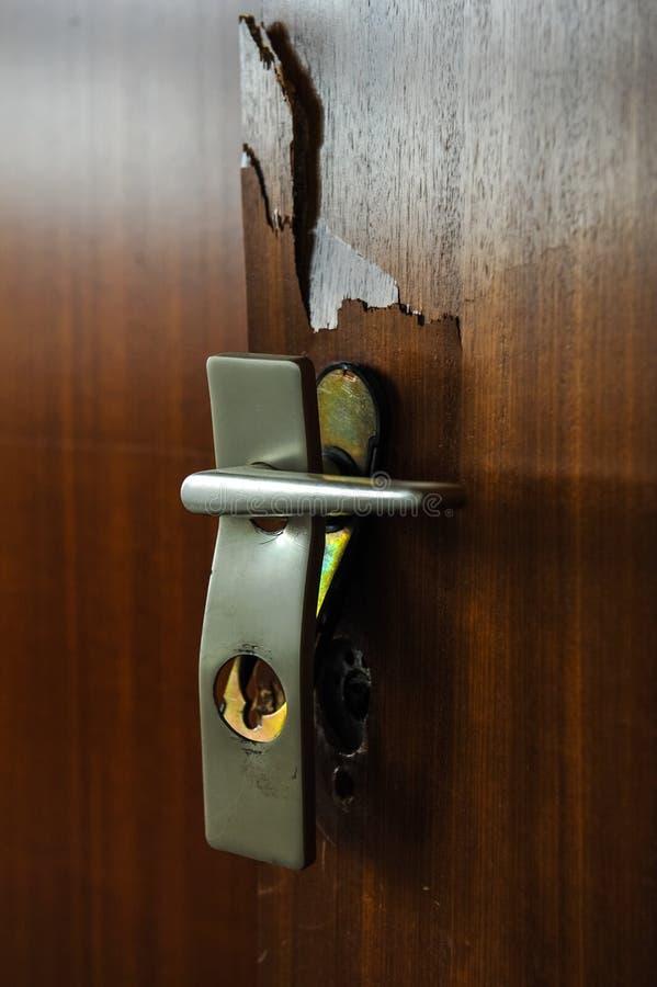 Cerradura de puerta quebrada con la manija dentro de una casa fotografía de archivo libre de regalías