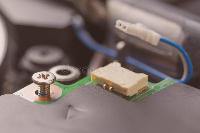 Cerradura del perno del metal Conector y cable del ordenador en el procesador imagen de archivo