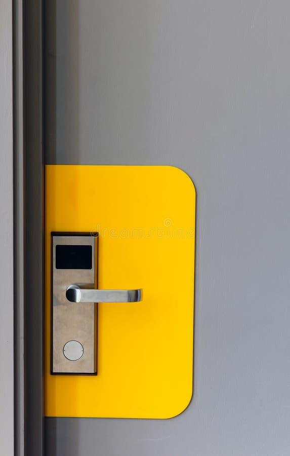 Cerradura electrónica del hotel en puerta fotos de archivo