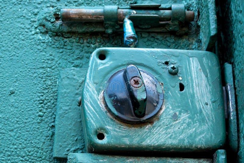 Cerradura envejecida vieja en salpicaduras azules de la pintura en el fondo rústico del metal de la puerta o de la puerta Concept foto de archivo libre de regalías