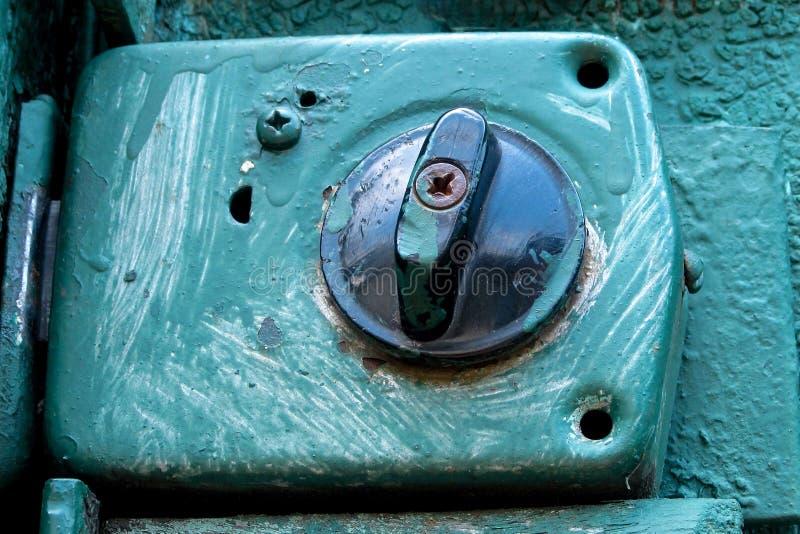 Cerradura envejecida vieja en salpicaduras azules de la pintura en el fondo r?stico del metal de la puerta o de la puerta Concept imágenes de archivo libres de regalías