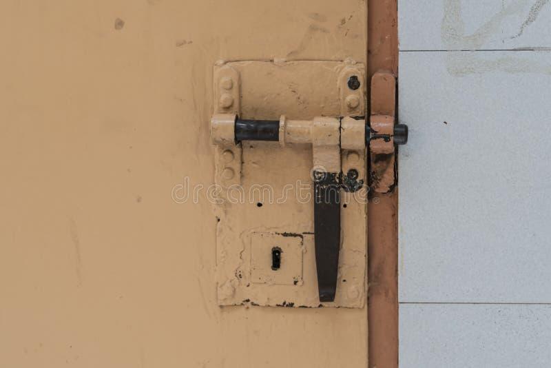 Cerradura grande en la puerta de la celda de prisión imagenes de archivo