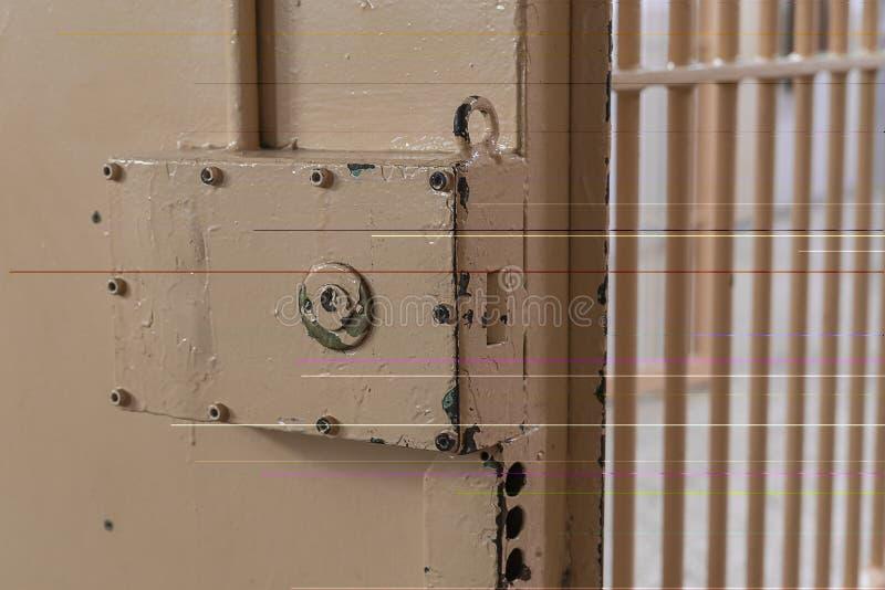 Cerradura grande en puerta de la prisión con las barras foto de archivo