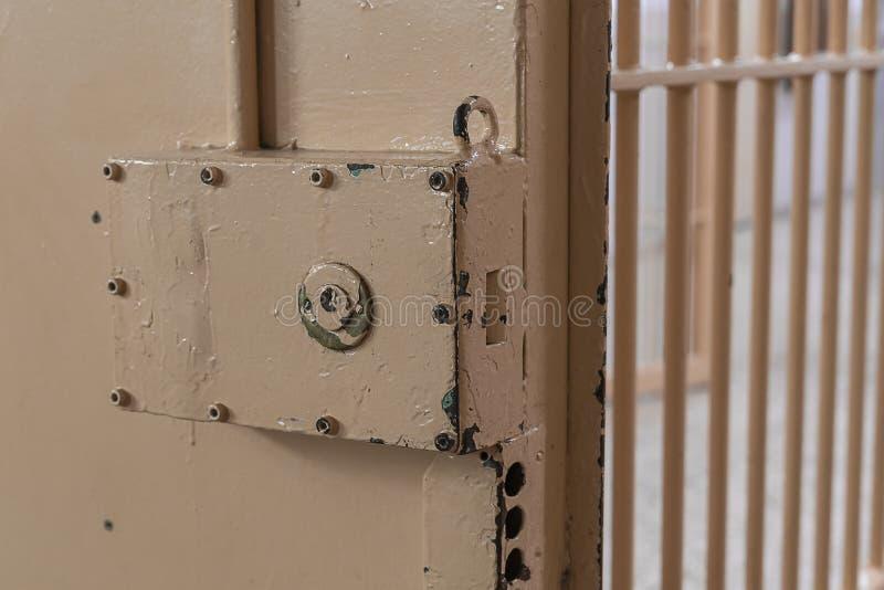 Cerradura grande en puerta de la prisión con las barras foto de archivo libre de regalías