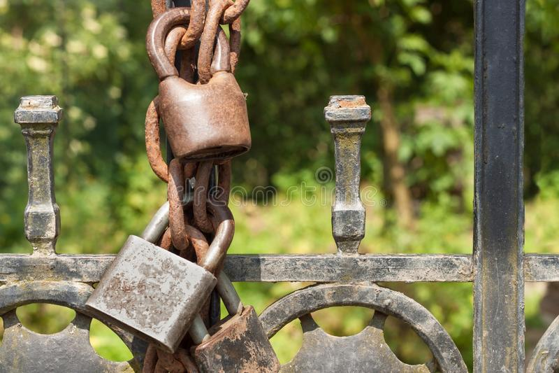Cerradura oxidada vieja en una puerta del metal en el jardín Ciérrese en la puerta del hierro Encarcelamiento y esclavitud del sí fotos de archivo