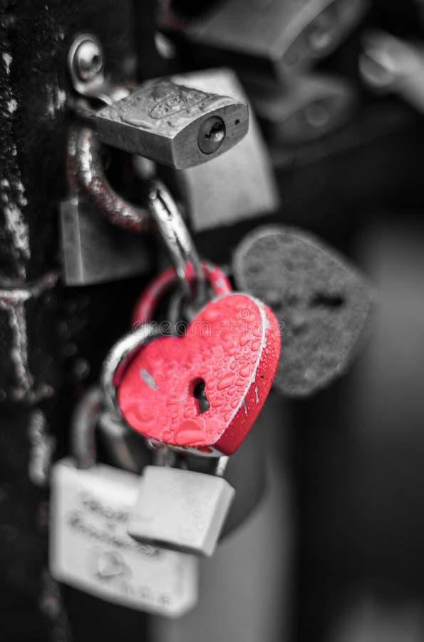 Cerradura roja de la forma del corazón con descensos del agua imagen de archivo libre de regalías