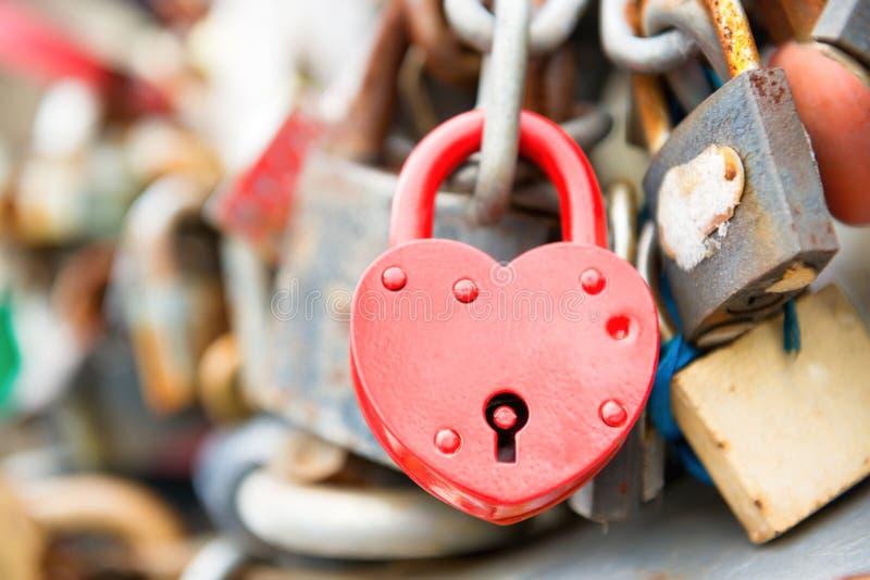 Cerradura romántica roja del amor imagen de archivo libre de regalías