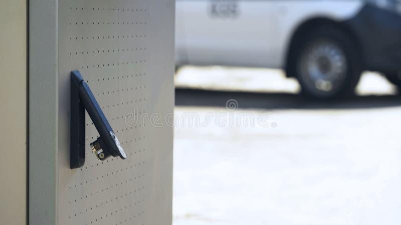 Cerradura rota, tentativa del cajero automático del robo, robando efectivo de la cuenta bancaria, investigación fotografía de archivo libre de regalías