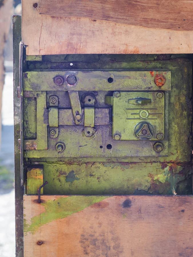 Cerradura vieja del hierro en una puerta del garaje del metal foto de archivo libre de regalías