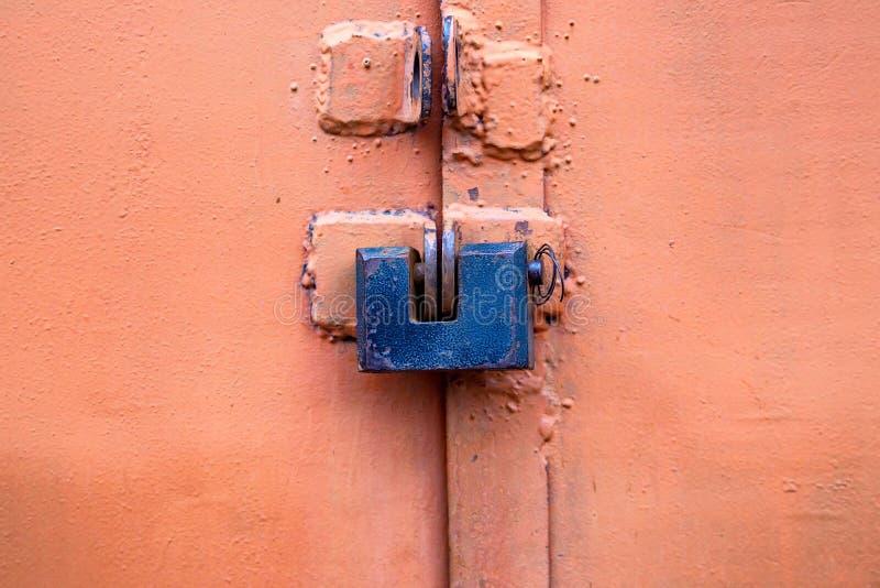 Cerradura vieja del metal en cierre rosado de la puerta del garaje fotos de archivo libres de regalías