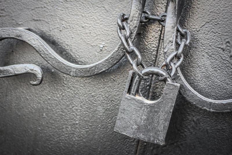 Cerradura vieja en una cadena imagen de archivo