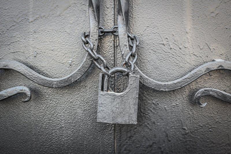 Cerradura vieja en una cadena imagen de archivo libre de regalías