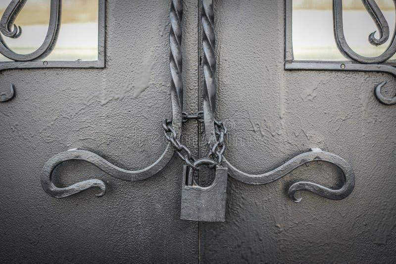 Cerradura vieja en una cadena fotografía de archivo libre de regalías