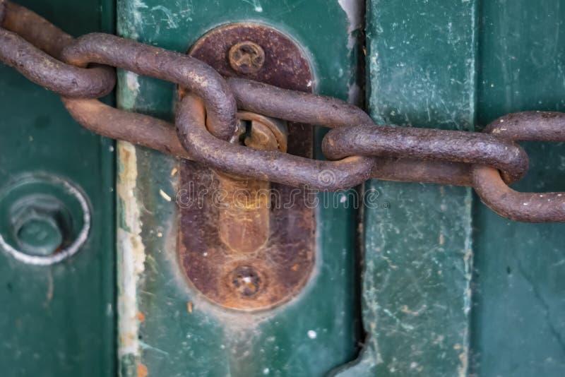 cerradura vieja y oxidada y cadena gruesa imagenes de archivo