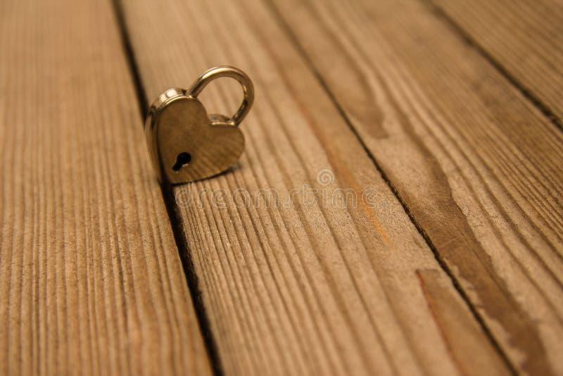 Cerradura y llaves el día de tarjeta del día de San Valentín en amor imagenes de archivo