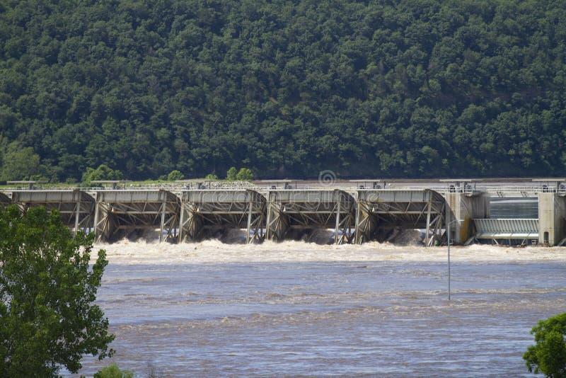 Cerradura y presa de Roberto S Kerr Reservoir durante la inundaci?n, primer de las puertas del chapucero imagen de archivo