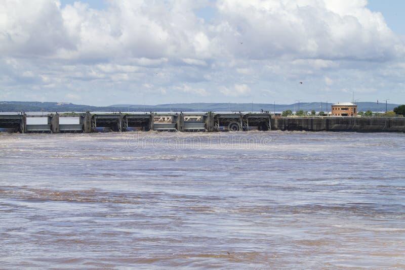 Cerradura y presa de Roberto S Kerr Reservoir durante la inundaci?n, niveles del agua muy altos fotos de archivo