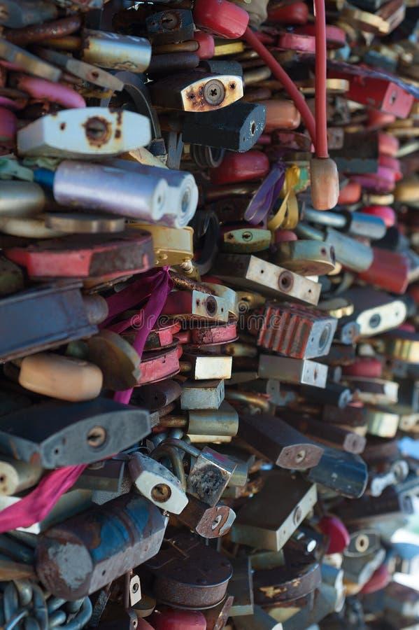 Cerraduras cerradas como símbolo de la fidelidad en el matrimonio fotos de archivo libres de regalías