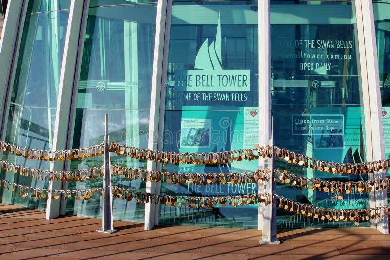 Cerraduras del amor alrededor del campanario, Perth fotos de archivo