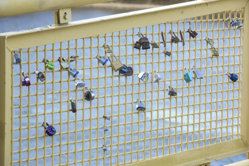Cerraduras del amor atadas para cercar en Pittsburgh, Pennsylvania fotografía de archivo