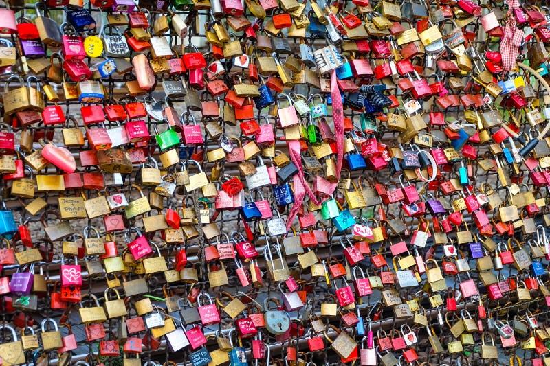 Cerraduras del amor en el puente de Hohenzollern imágenes de archivo libres de regalías