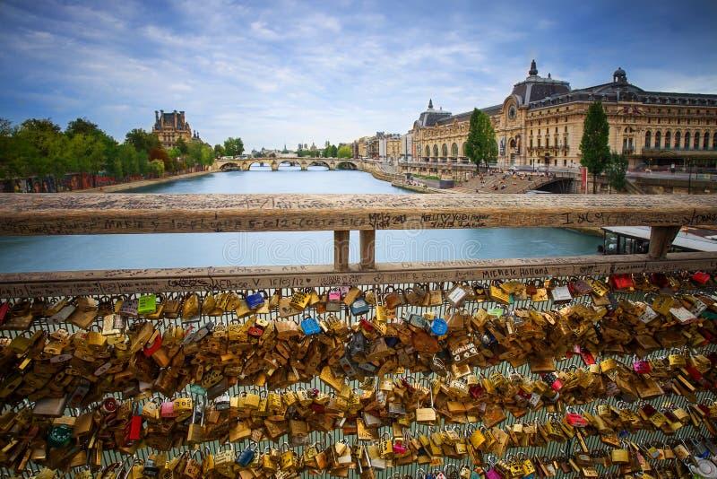 Cerraduras del amor en el puente de París imagenes de archivo