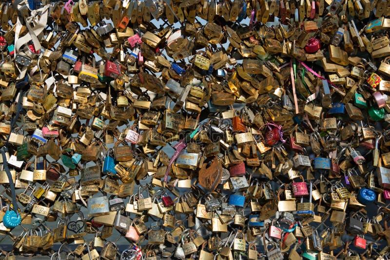 Cerraduras del amor en el puente de París foto de archivo libre de regalías