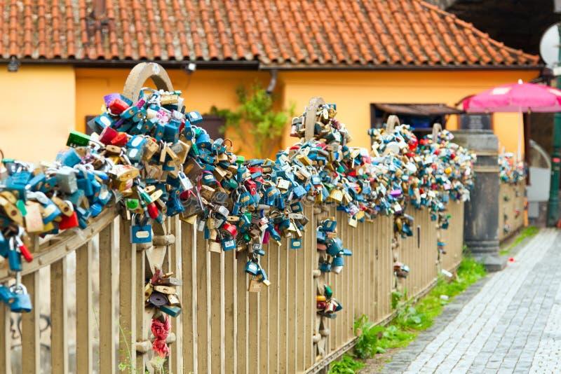 Cerraduras del amor en el puente en Praga fotografía de archivo