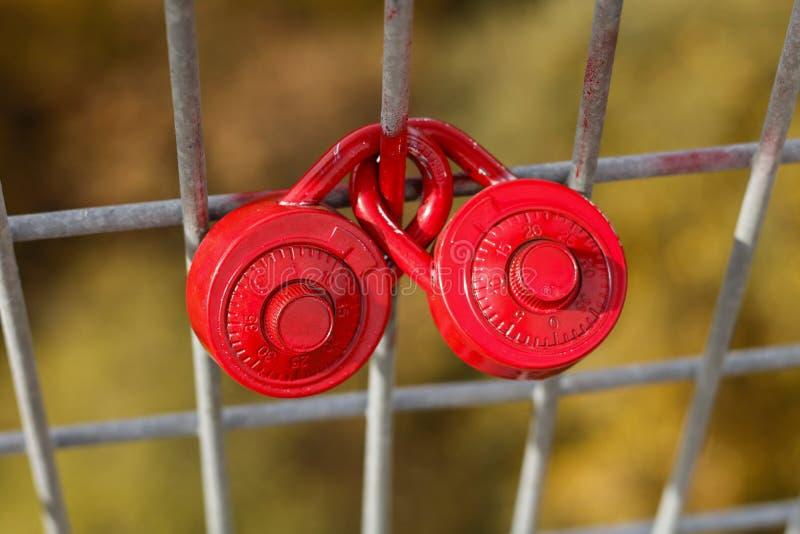 Cerraduras del amor en una cerca imagenes de archivo