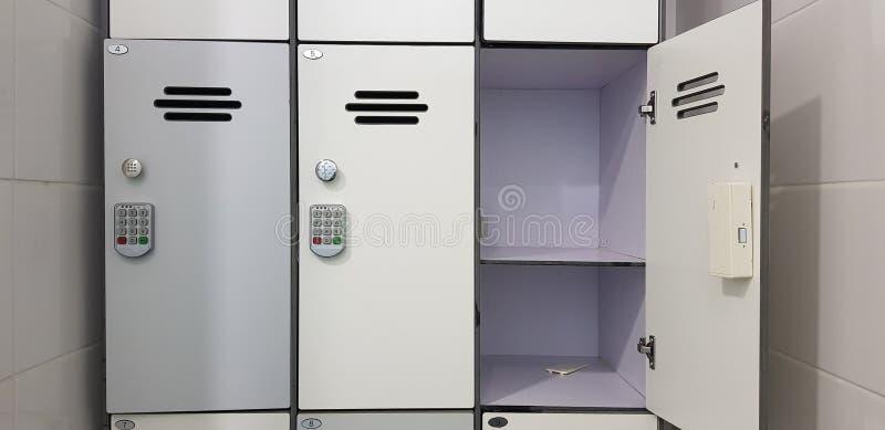 Cerraduras eléctricas del código de seguridad en puerta de gabinete tres foto de archivo