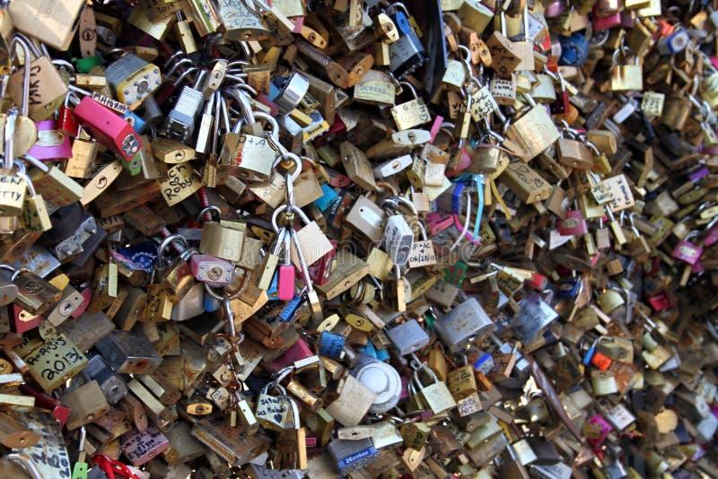 Cerraduras en el puente fotografía de archivo libre de regalías