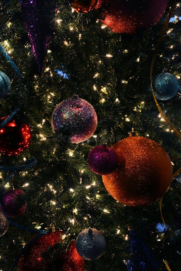 Cerrando árbol de Navidad fotos de archivo
