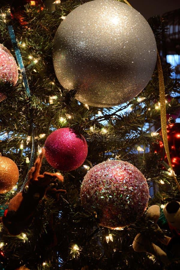 Cerrando árbol de Navidad imagenes de archivo