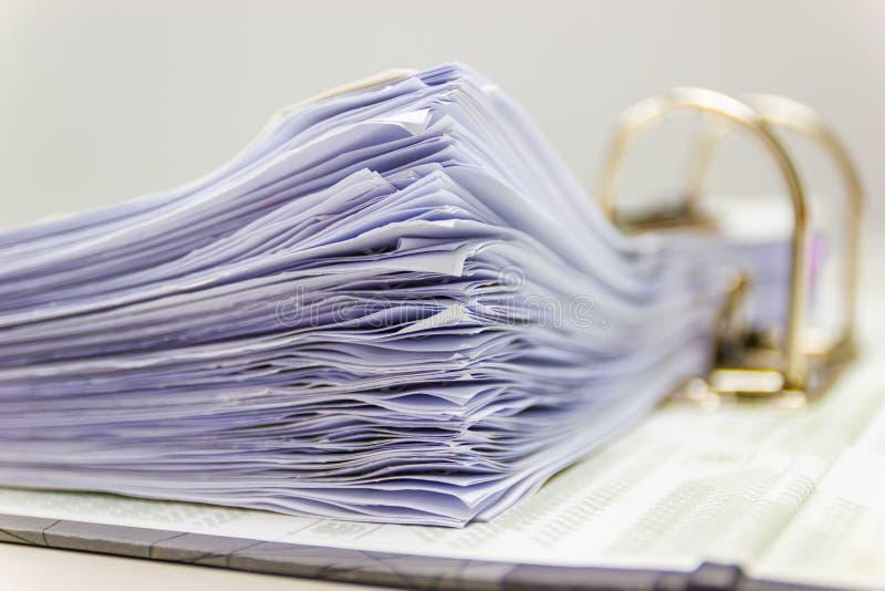 Cerrar: muchos documentos se almacenan en el archivo de documento fotos de archivo