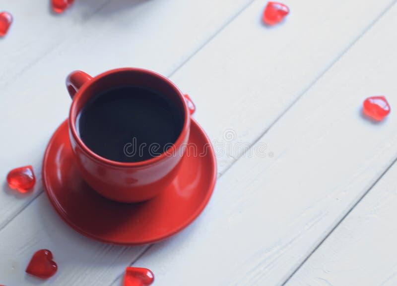 Cerrar una taza de café sobre una mesa blanca de madera imágenes de archivo libres de regalías