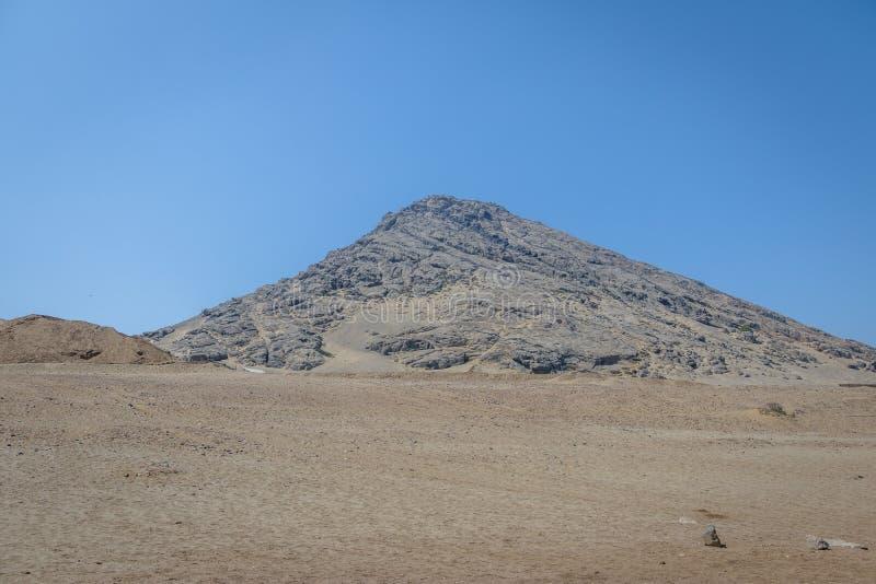 Cerro Blanco cerca del sitio arqueológico de Luna del la de Huaca de - Trujillo, Perú foto de archivo libre de regalías