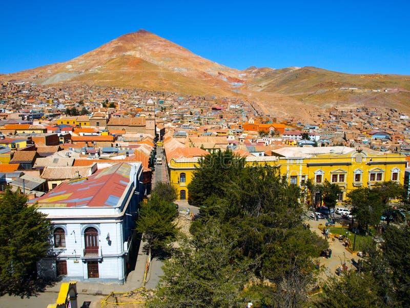 Cerro Rico Mountain sobre Potosi en Bolivia fotografía de archivo