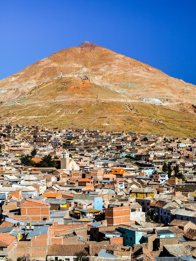 Cerro Rico y tejados del centro de ciudad de Potosi, Bolivia, Suramérica foto de archivo libre de regalías