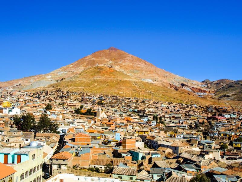 Cerro Rico y tejados del centro de ciudad de Potosi, Bolivia, Suramérica foto de archivo