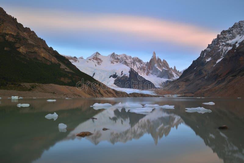 Cerro Torre et Laguna Torre au lever de soleil photos libres de droits
