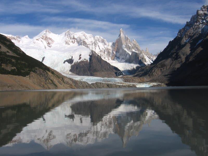 Cerro Torre in Ijzig Meer, Argentinië wordt weerspiegeld dat stock foto's