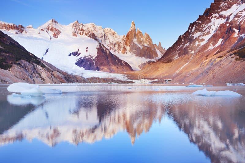 Cerro Torre, Patagonië, Argentinië bij zonsopgang stock foto's