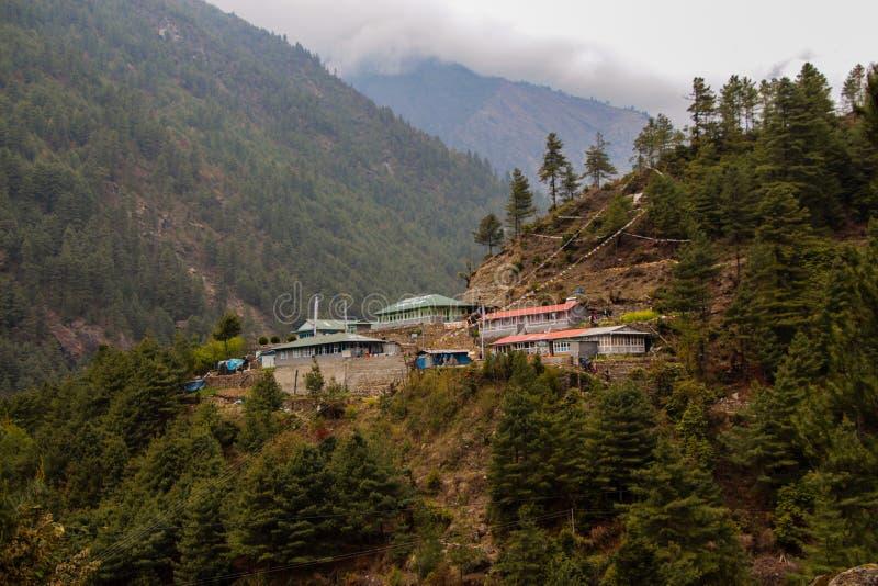 Certaines de maisons d'hôtes en montagnes de l'Himalaya au Népal image stock