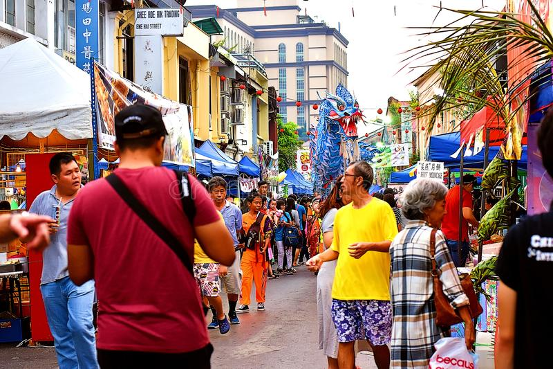 Certaines des foules locales au festival de Mooncake de Kuching images stock